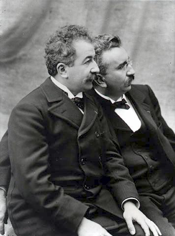 ภาพถ่ายสองพี่น้องตระกูลลูมิแอร์ (Lumière) คือออกุสต์ (ซ้าย) และหลุยส์ (ขวา) (Photo credit: www.institut-lumiere.org)